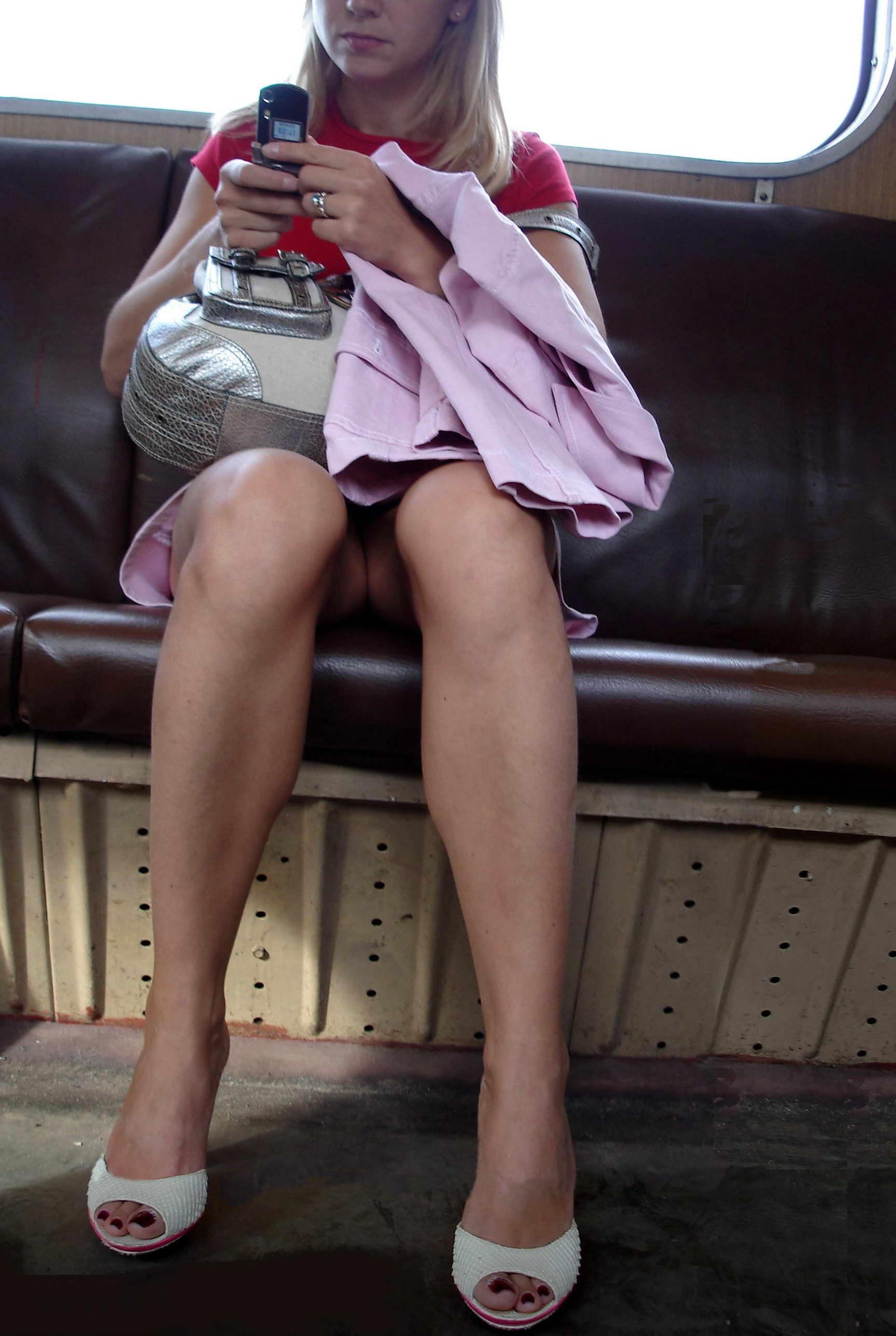 Фото сидящих женщин в коротких юбках 10 фотография